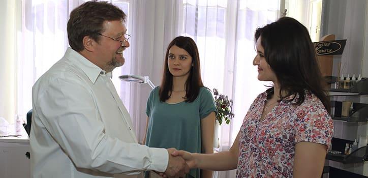 juri kirsten-in berlin-begrüßt patienten